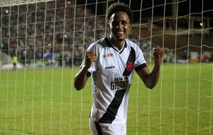 Lucas Mineiro celebra o gol diante do Serra-ES, pela Copa do Brasil