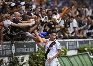 Paulinho comemora com a torcida após abrir o placar em São Januário